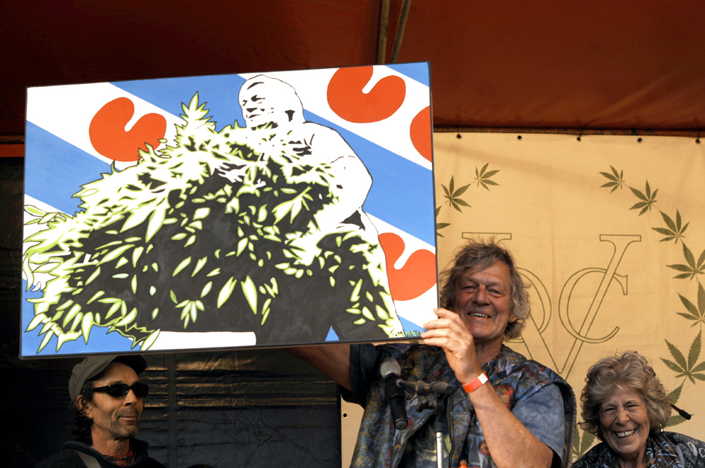 Doede holds up the portrait he's been given, to the right his wife Kicky (© Gonzo Media)