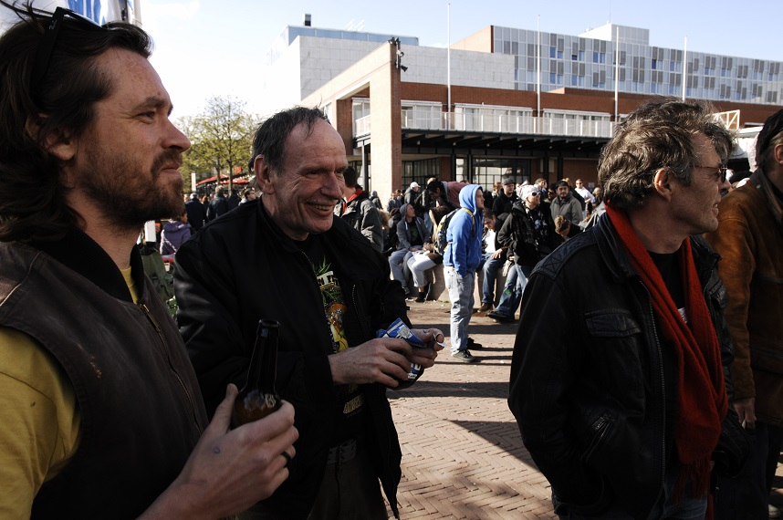 V.l.n.r.: Has (Stichting Legalize!), Darpan (Canna Embassy) en Tom Blickman (Trans National Institute) (© Gonzo media)